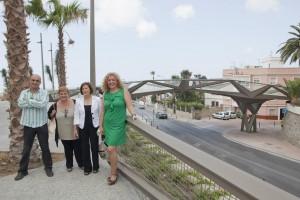 Concejales del Grupo Municipal Socialista y la delegada del Gobierno de la Junta posan delante de la pasarela contruida con fondos PROTEJA