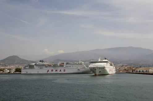 El Ferry Vocán de Tinamar, de frente, junto al Volcán de Timanfaya (Foto: Archivo El Faro)