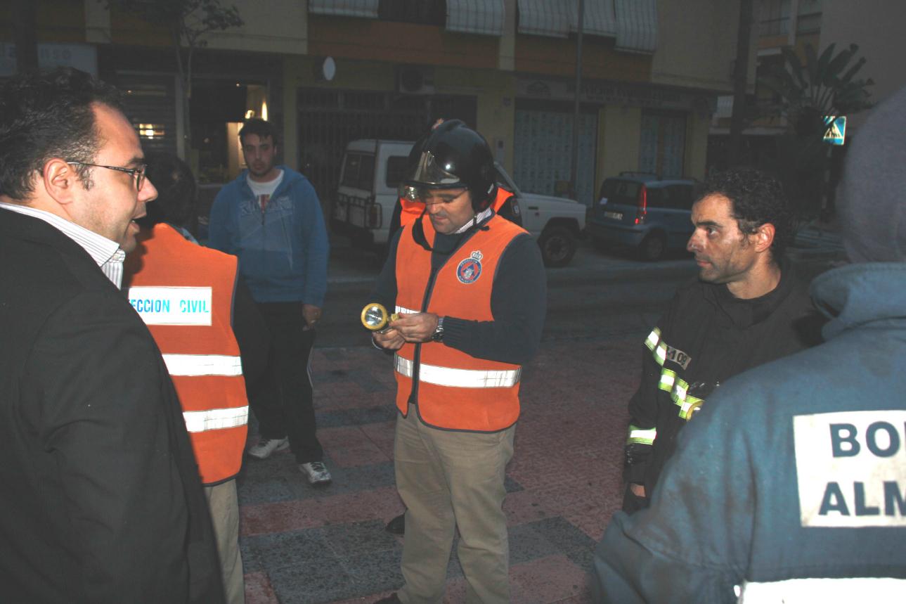 Flor Almón, Magdalena Sánchez y concejales Grupo Municipal charlan con mayores Centro Día Andalucía calle Ancha 08-11-2010 01