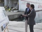 El Presidente del Puerto atiende las explicaciones técnicas del responsable de la empresa constructora