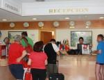 TURISTAS SIENDO RECIBIDOS EN LA RECEPCIÓN DEL HOTEL (Foto: Archivo El Faro)