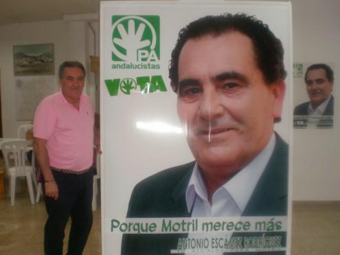 ANTONIO ESCÁMEZ, CANDIDATO DEL PA A LA ALCALDÍA DE MOTRIL, POSA JUNTO A SU CARTEL ELECTORAL (Foto: El Faro)