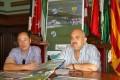 EL CONCEJAL DE DEPORTES, JOSÉ MANUEL ESTÉVEZ (d) JUNTO AL PRESIDENTE DEL CF MOTRIL, MANUEL G. ALBARRAL (i) PRESENTAN LOS ENCUENTROS DE LA PRETEMPORADA (Foto: El Faro)