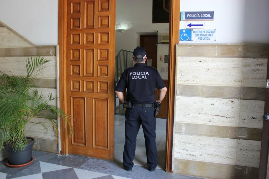 Condenado por escribir calumnias contra la polic a local en las redes sociales el faro - Oficina del policia ...