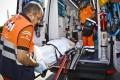 PROFESIONALES DEL 061 TRASLADAN A UN PACIENTE EN AMBULANCIA (Foto: El Faro)