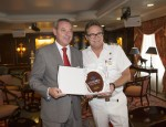 El presidente del Puerto, Fco. Álvarez de la Chica ha hecho entrega de una metopa conmemorativa al capitán del crucero Ocean Princess (Foto: El Faro)