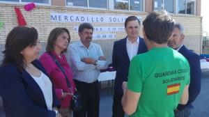 CARLOS ROJAS (PP), JUNTO A MIEMBROS DE SU PARTIDO, EN EL MERCADILLO SOLIDARIO (Foto: El Faro)