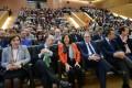La consejera de Igualdad y Políticas Sociales, María José Sánchez Rubio (de naranja), participa en Granada en el acto del centenario del Programa Mayores de la Obra Social 'La Caixa' (Foto: El Faro)