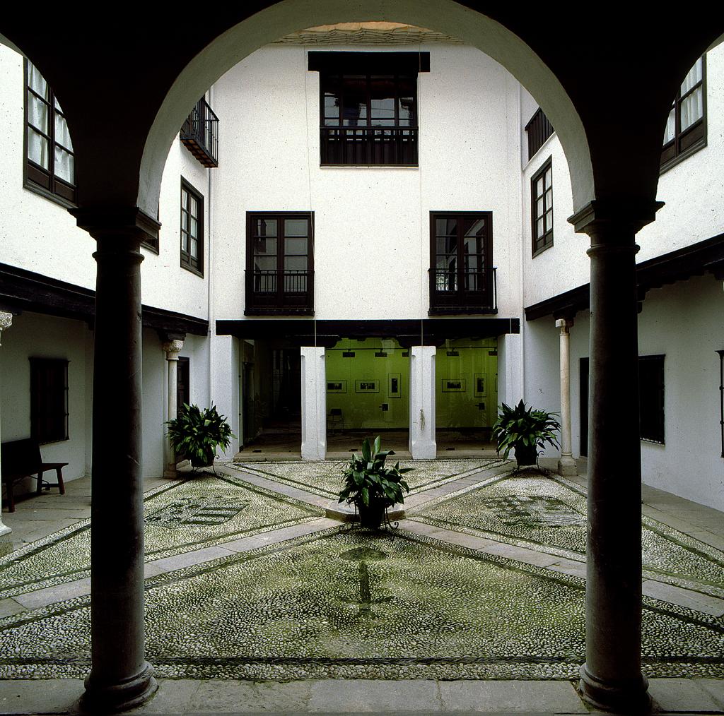 Exposiciones visitas guiadas talleres conferencias y for Casa de granada