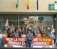 CONCENTRACIÓN DE CCOO RECLAMANDO 18 HORAS LECTIVAS SEMANALES PARA EL PROFESORADO DE SECUNDARIA (Foto: El Faro)