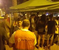 Jóvenes acercandose a la carpa de la campaña #NoTelaJuegues (Foto: El Faro)