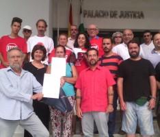 LOS MIEMBROS DE PODEMOS A LAS PUERTAS DEL PALACIO DE JUSTICIA DE MOTRIL (Foto: El Faro)