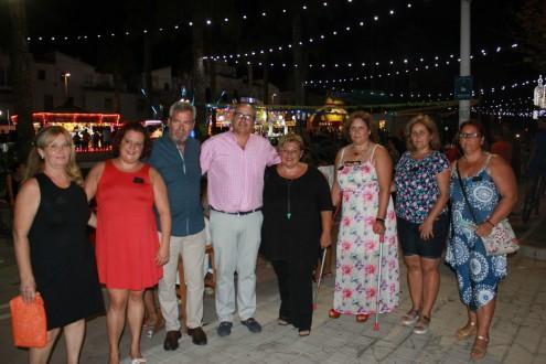 Susana Feixas, David Martín y miembros de la corporación junto a la Comisión de Fiestas de Santa Adela (Foto: El Faro)