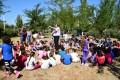Cuelga de nidales para aves insectívoras que se ha hecho ayer con escolares (Foto: El Faro)