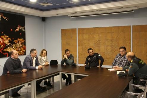 COMERCIANTES, POLICÍA, GUARDIA CIVIL Y AYTO ALMUÑÉCAR REUNIDOS (Foto: El Faro)