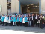TRABAJADORES DE LA COOPERATIVA DE FUENTE VAQUEROS EN LA VISITA DEL DELEGADO Y EL DIRECTOR GENERAL (Foto: El Faro)