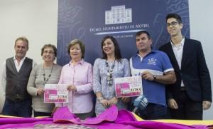 Alicia Crespo (centro) junto a miembros de la AECC y Jorge Aguaza durante la entrega de la recaudación (Foto: El Faro)
