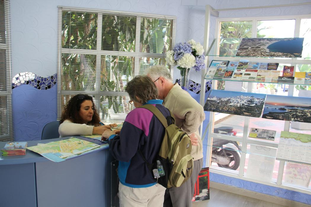 Turistas se informan en oficina turismo almu ecar el faro for Oficina turismo andalucia