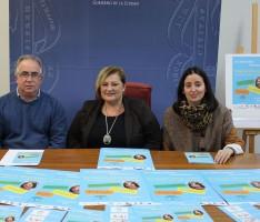 Foto de archivo presentación concurso Araceli Morales por parte de Susana Feixas (centro), Jose Tortosa  y María del Carmen Fernández (drcha) (Foto: Archivo El Faro)