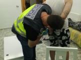 MOMENTO EN EL QUE UN AGENTE DE LA POLICÍA NACIONAL DETIENE A UNO DE LOS IMPLICADOS (Foto: P. Nacional)