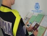 UN AGENTE DE LA POLICÍA NACIONAL EXAMINA DOCUMENTOS (Foto: Archivo El Faro)