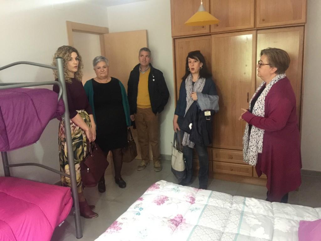 Junta de andaluc a y ayuntamiento muestran su apoyo a la casa de acogida de rgiva el faro - Casa de acogida ...