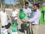 El responsable de LIMDECO observa el recipiente para reciclado de vidrio (Foto: El Faro)