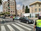 Agentes de la Policía Local regulan el tráfico en la avenida de Salobreña al inico de la Feria de Día. Al fondo la parada de autobús provisional (Foto: El Faro)
