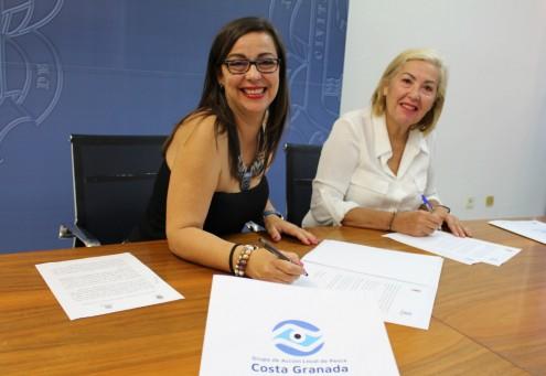 Alicia Crespo y María Ángeles Escámez durante la firma del convenio entre el GALP y el área de Formación y Empleo (Foto: El Faro)