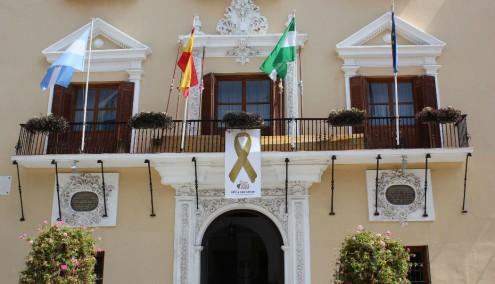 Fachada del Ayuntamiento de Motril con el lazo dorado en en apoyo al Día Internacional del Cáncer Infantil (Foto: El Faro)