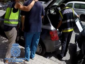 LA POLICÍA DETIENE A UNO DE LOS PRESUNTOS DEFRAUDADORES (Foto: P. Nacional)