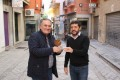 Antonio Escámez (izq) y Francisco Sánchez-Cantalejo muestran el premio concedido a Motril por reciclaje aparatos eléctricos (Foto: El Faro)