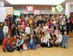 Flor Almón y Gregorio Morales junto a los niños y niñas de la Red de Ludotecas Municipales en el Día Internacional del Niño (Foto: El Faro)