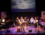 Actuación de Paco Damas en el concierto homenaje a las Sin Sombrero (Foto: El Faro)