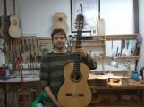 El Lutier de La Herradura, Stephen Hill, muestra la guitarra que dona al Segundo Premio del Certamen Andrés Segovia (Foto: El Faro)