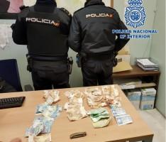 AGENTES DE LA POLICÍA JUNTO AL DINERO INCAUTADO Y UNA NAVAJA (Foto: P. Nacional)