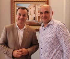 El concejal de Servicios Sociales, Gregorio Morales (dcha) y el delegado de Igualdad, Salud y Políticas Sociales en Granada, Higinio Almagro. (Foto: El Faro)