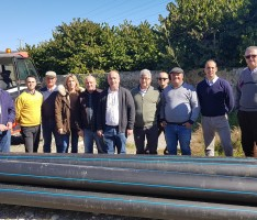 Autoridades y regantes visitab las obras de la 2º fase para las conducciones de agua de riego del terciario. (Foto: El faro)