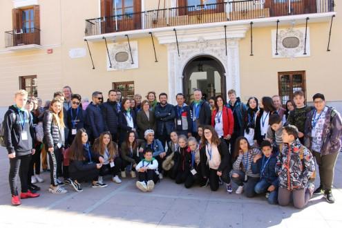 Francisco Sánchez-Cantalejo junto a Mercedes Sánchez reciben al alumnado de intercambio de programa Erasmus Plus (Foto: El Faro)