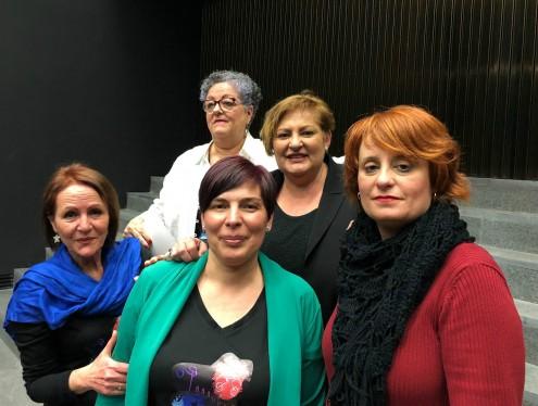 La teniente de alcalde responsable de Igualdad, Susana Feixas, con integrantes de Pasaboga Teatro (Foto: El Faro)