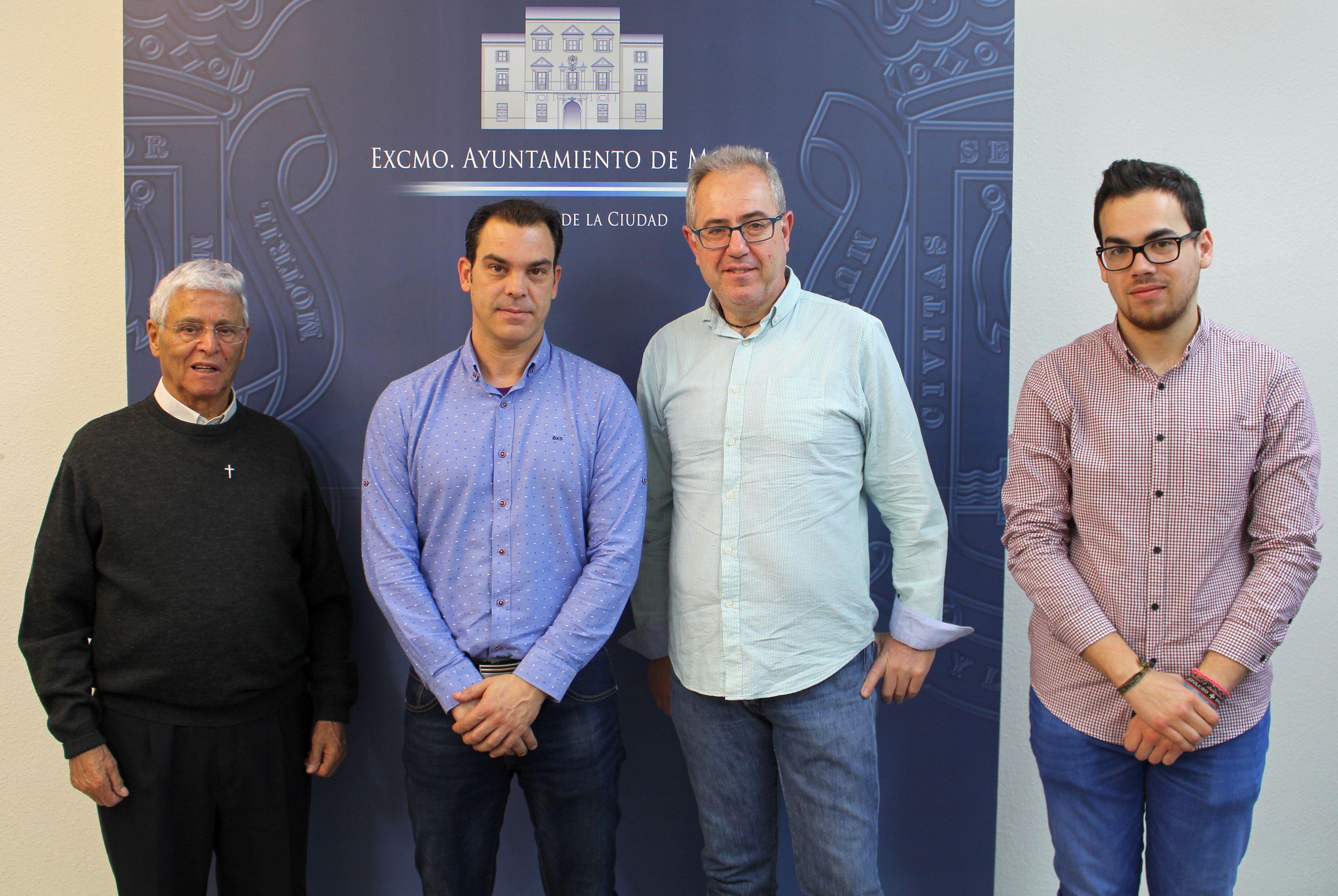 Francisco Ruiz (cntro) junto a miembros de la Hermandad en la presentación de los actos por el III Centenario de la Visitación (Foto: El Faro)