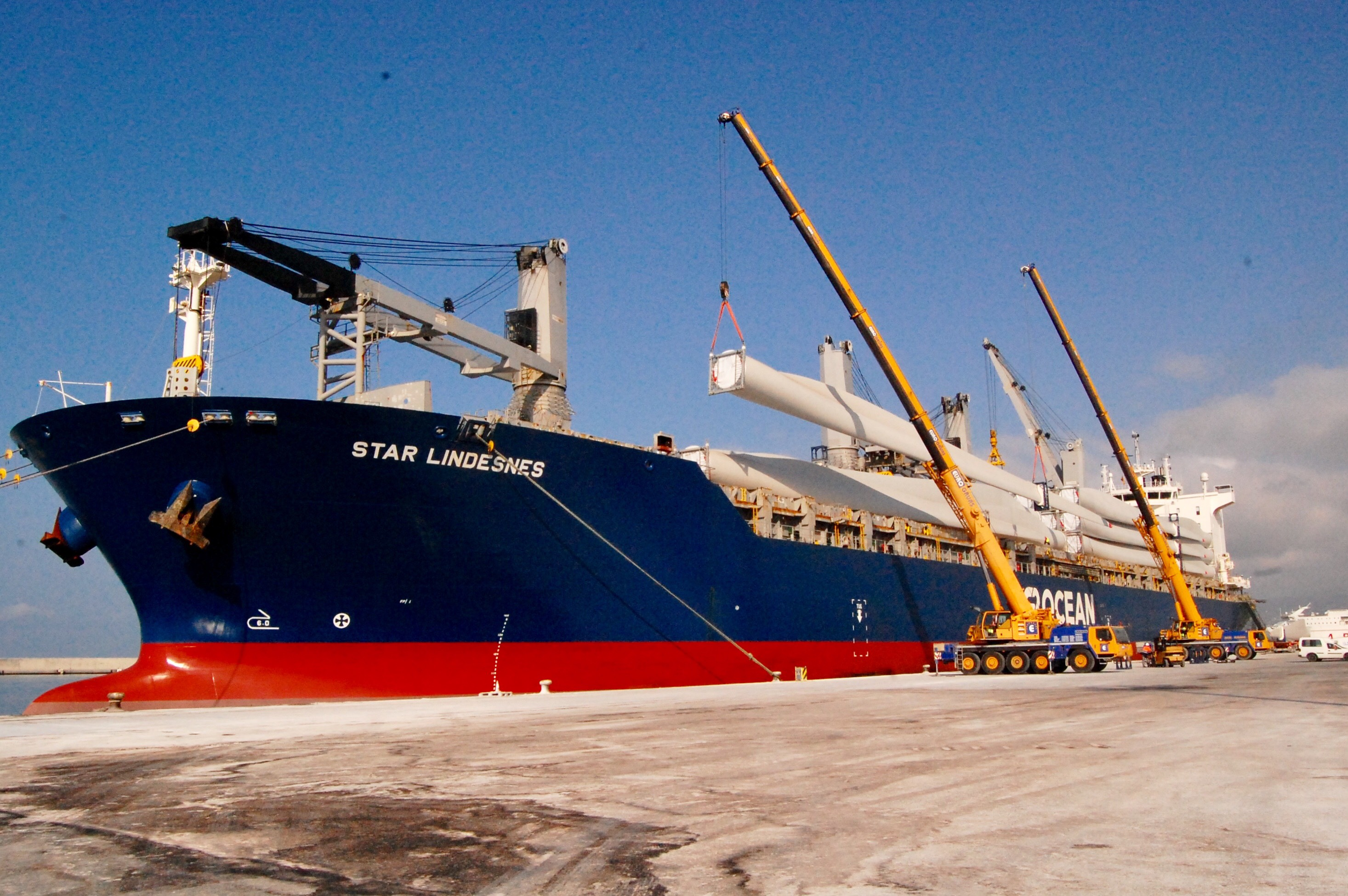 Carga de aspas en buque Star Lindesnes (Foto: El Faro)