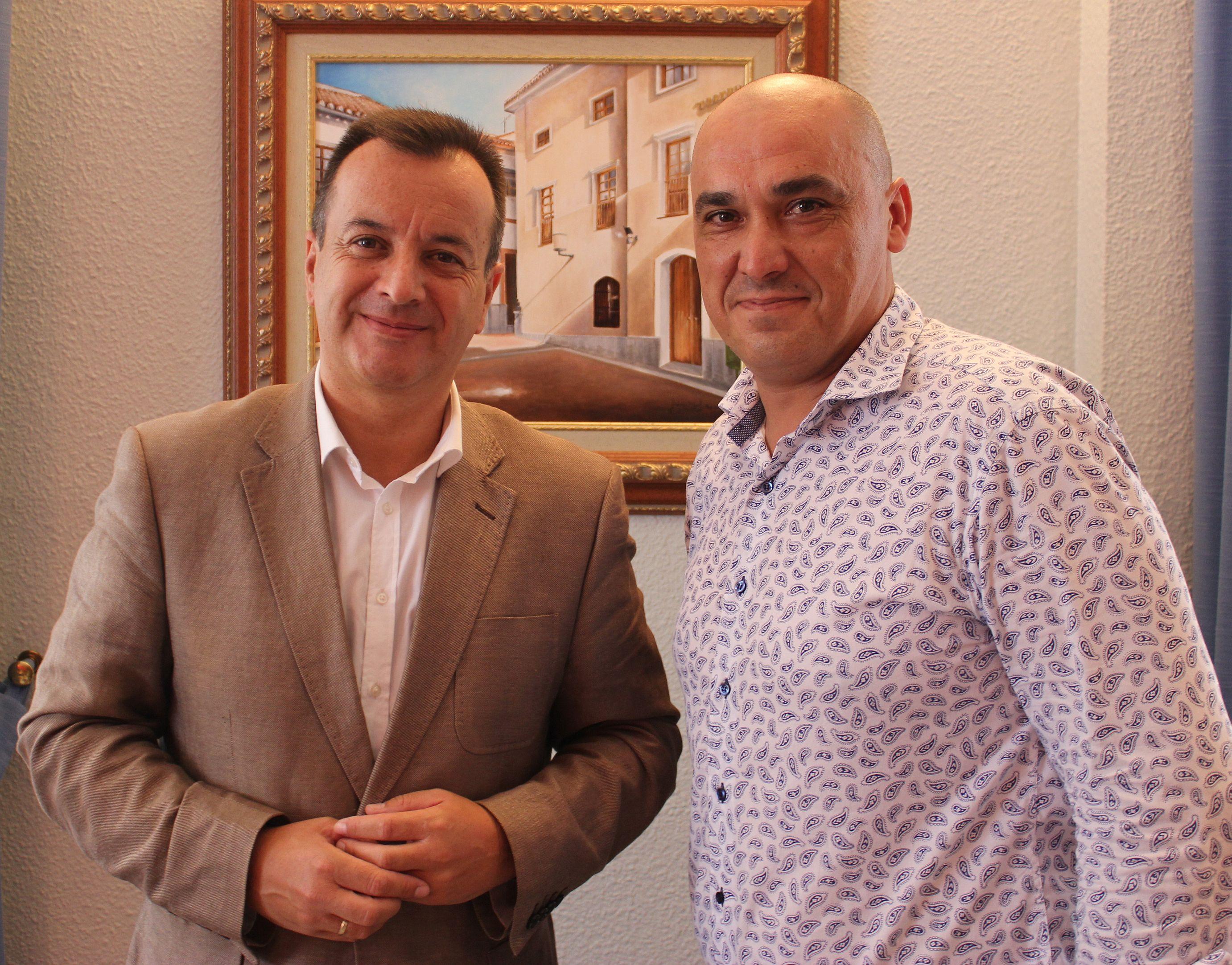 El concejal de Servicios Sociales, Gregorio Morales (dcha) y el delegado de Igualdad, Salud y Políticas Sociales en Granada, Higinio Almagro (Foto: El Faro)