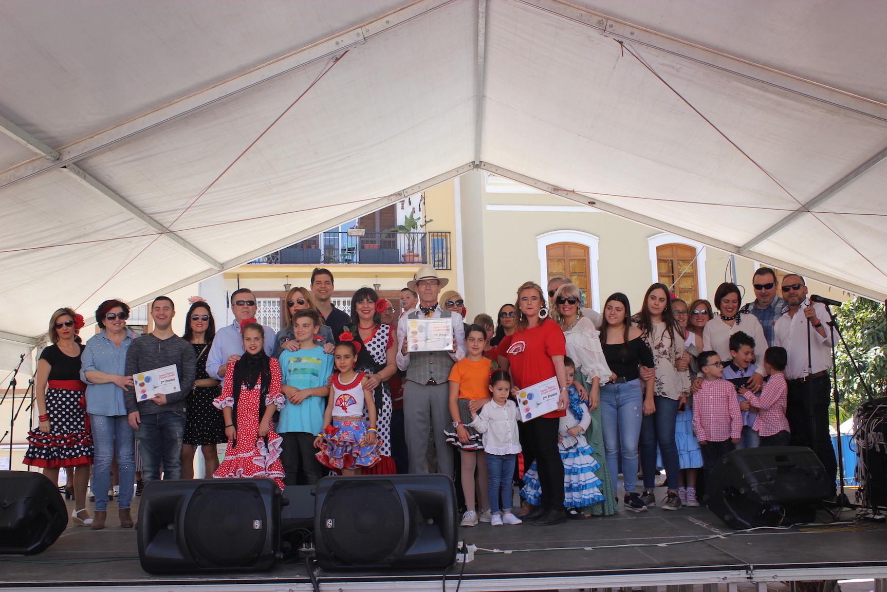 LA CONCEJALA DE FIESTAS JUNTO AL JURADO Y UNO DE LOS GRUPOS GANADORES (Foto: El Faro)