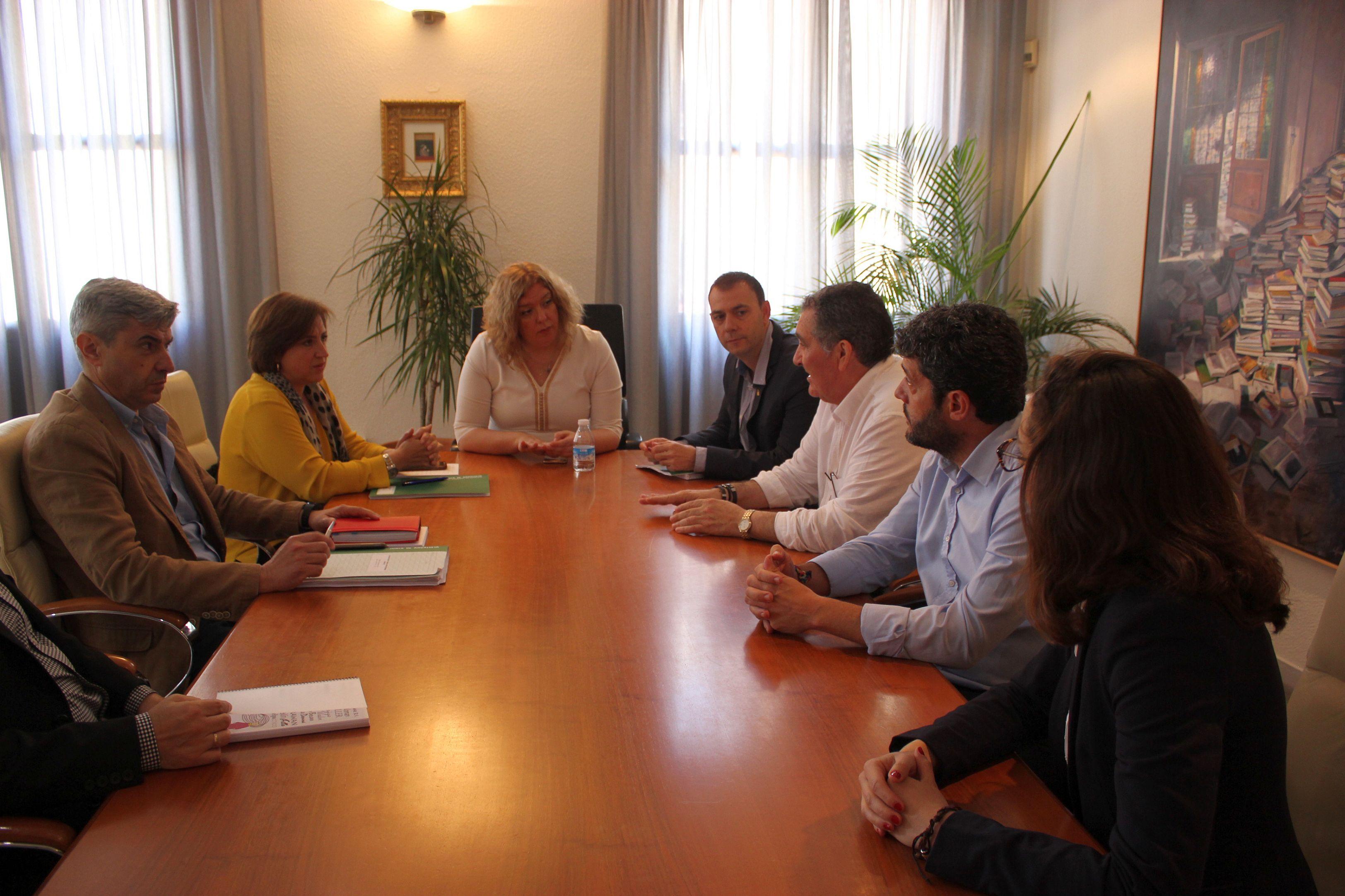 Momento de la reunión de la delegada de la Junta en Granada con la alcaldesa y los tenientes de alcalde (Foto: El Faro)