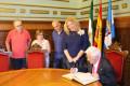 Momento de la firma en el libro de honor del Ayuntamiento de Motril por parte del padre Ángel (Foto: El Faro)