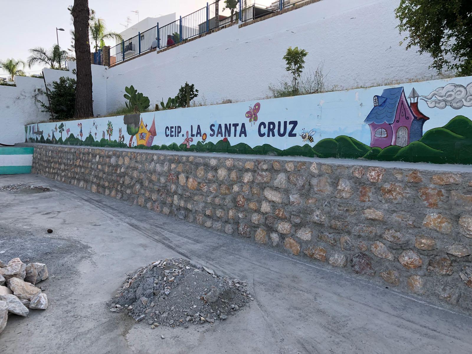 AYUNTAMIENTO CONSTRUYE EL MURO DEL COLEGIO SANTA CRUZ (Foto: El Faro)