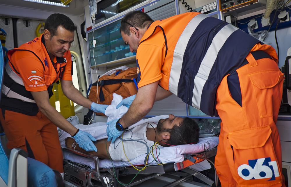 EL SERVICIO DE EMERGENCIAS EN PLENA ATENCIÓN A UN CIUDADANO (Foto: El Faro)