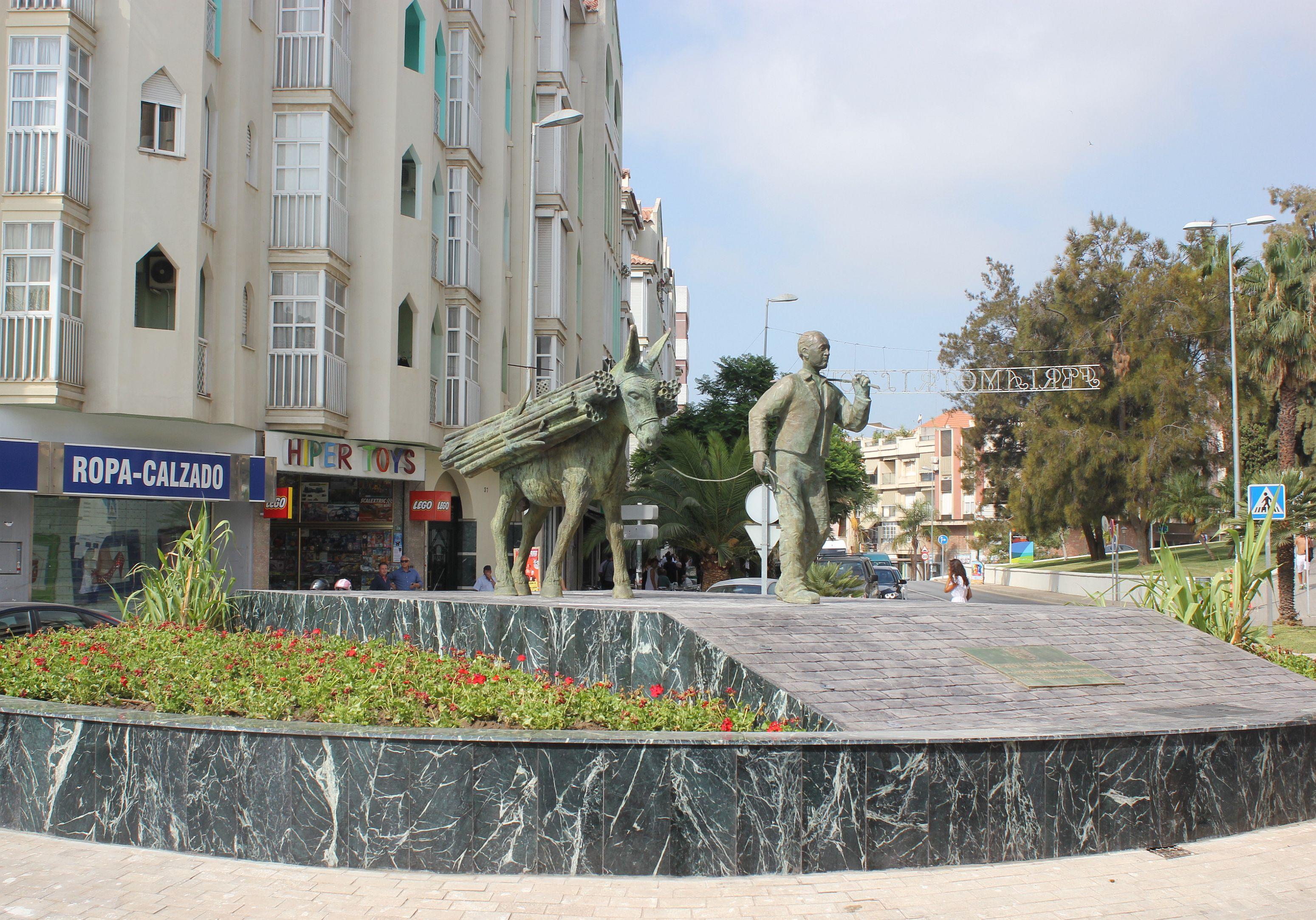 Escultura en homenaje a los trabajadores de la caña de azúcar en Motril (Foto: El Faro)