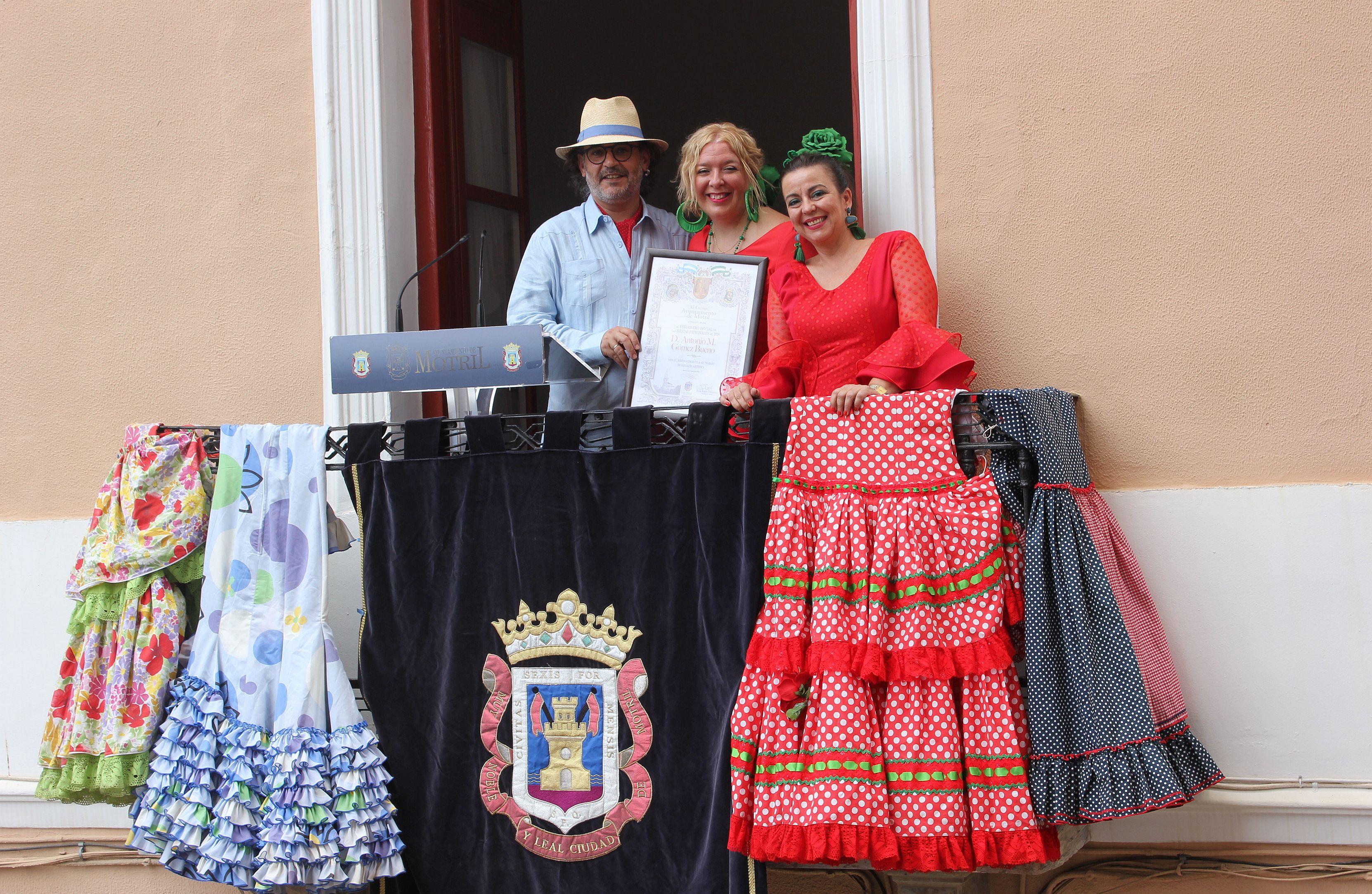 Flor Almón y Alicia Crespo junto al pregonero, Antonio Bueno (Foto: El Faro)